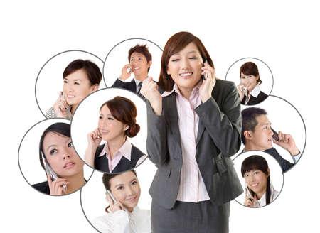 hablando por celular: Red de negocios, la gente de negocios asi?ticos utilizar el tel?fono m?vil para comunicarse entre s? sobre fondo blanco. Foto de archivo