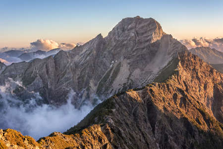 Berglandschap met wolken en mist in de ochtend, de piek is beroemd Mt Jade in Taiwan, Asia. Mt Jade is de hoogste berg in Taiwan en behoren Yushan National Park.