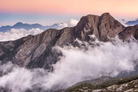 日没、アジアの台湾で有名な Mt 玉東ピークの風景です。Mt 玉台湾で最も高い山であり、玉山国家公園に属する。