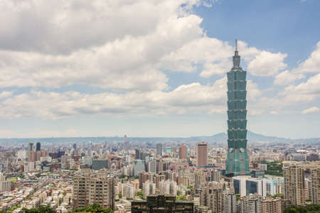 台北の台湾、アジアでの青い空の劇的な雲の下で超高層ビルと都市景観