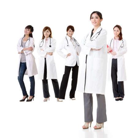 grupo de doctores: Equipo m?dico asi?tico, grupo de personas sobre conceptos sanos y m?dicos aislados sobre fondo blanco.