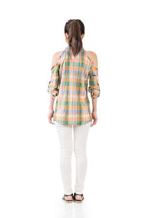 Bella giovane donna in piedi in abbigliamento casual. Ritratto a figura intera. Viw posteriore. Isolato su sfondo bianco.
