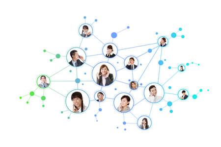 RESEAU: Réseau d'affaires, gens d'affaires asiatiques utilisent des téléphones mobiles pour communiquer à l'autre sur fond blanc.