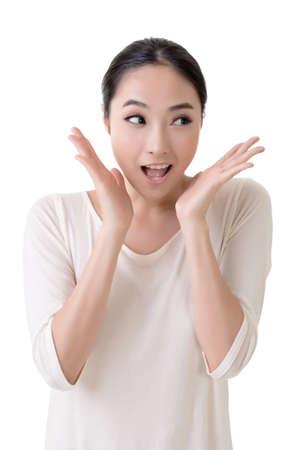 �tonnement: Femme asiatique avec le visage surpris, gros plan portrait sur fond blanc.