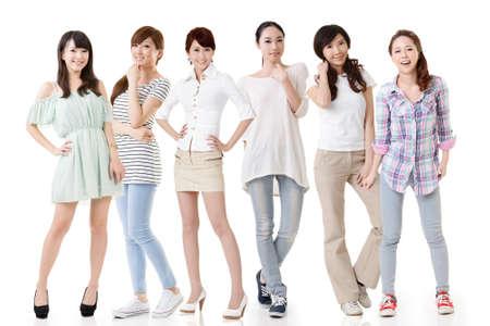 Giovani belle donne asiatiche in posa per la fotocamera. Ritratto di lunghezza completa. Isolato su sfondo bianco. Archivio Fotografico - 25154976