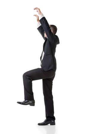 pull up: Uomo asiatico di affari tirare su posa, ritratto di piena lunghezza isolato su bianco.