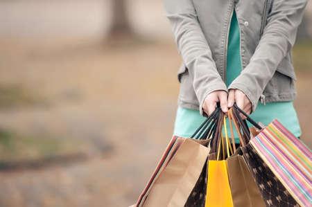 ショッピング バッグ、クローズ アップの画像を保持している女性の概念。 写真素材