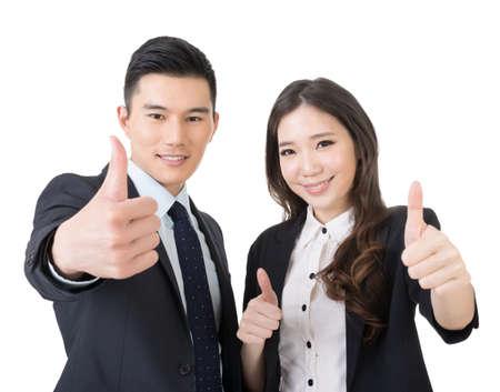 gente exitosa: Sonriente hombre de negocios de Asia y una mujer le da los pulgares para arriba gesto. Retrato del primer. Aislado en el fondo blanco.