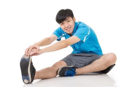 pies masculinos: Joven asiática que hace deporte ejercicios de calentamiento, retrato de cuerpo entero sobre fondo blanco.