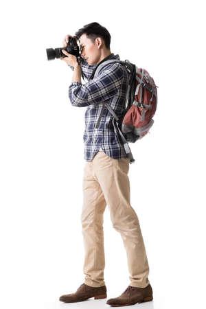 Asian male model: Người ba lô châu Á trẻ tuổi chụp một bức chân dung, chân dung đầy đủ trên trắng.