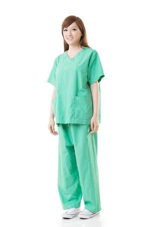 operation gown: Mujer de Asia m�dico use una bata de aislamiento o una bata operaci�n en color verde, retrato de cuerpo entero aislados en blanco. Foto de archivo