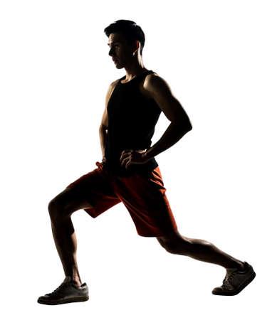 lunges: Hombre asi�tico ejercicio estocadas entrenamiento de la aptitud que se agacha en silueta sobre fondo blanco Foto de archivo