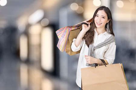 Aziatische vrouw winkelen, close-up portret in het winkelcentrum. Stockfoto