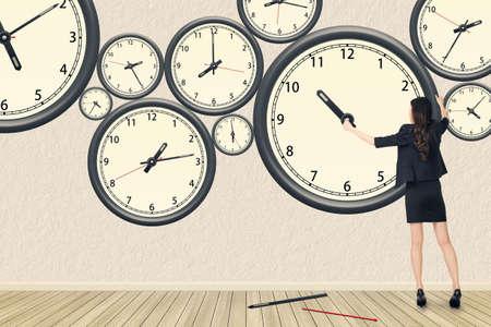 アジア ビジネスの女性は、時計、時間管理、再構築、忙しいなどの概念を修復します。