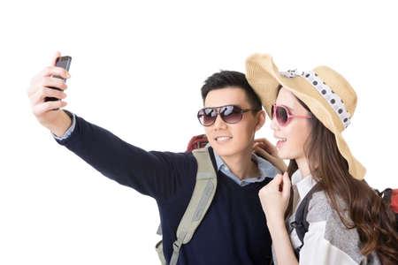 tourist vacation: Coppia viaggio asiatica e prendere un selfie su sfondo bianco.