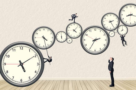 Aziatische zakenman proberen zijn best om de time management te doen. Foto compilatie met behulp van hetzelfde model. Stockfoto