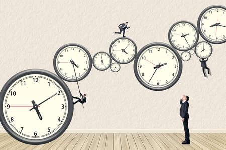 Hombre de negocios asiático intentar todo lo posible para hacer la gestión del tiempo. Compilación de fotos utilizando el mismo modelo. Foto de archivo