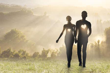 ocas: Iluminación amor, Silueta de pareja de Asia tomarse de las manos para caminar en las praderas. Foto de archivo