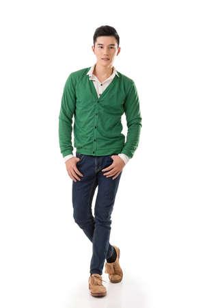 persona de pie: Hermoso hombre joven asiático con el suéter, retrato de cuerpo entero sobre fondo blanco. Foto de archivo