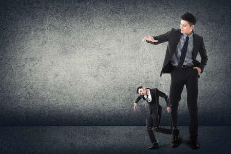dominacion: Marionetas de negocio concepto de joven ejecutivo asiático.