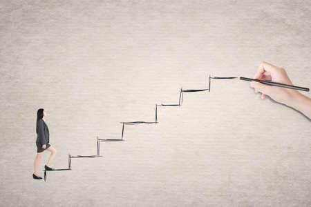 climbing stairs: Mujer de negocios asi�tica caminar en las escaleras.