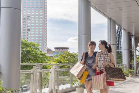 아시아 여성 쇼핑과 도시를 산책.