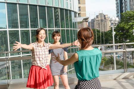Aziatische vrouw ontmoet haar vrienden in de buitenwereld.