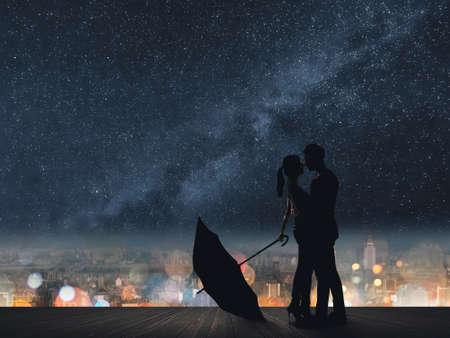 star of life: Silueta de la pareja abrazo bajo las estrellas.