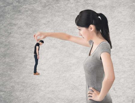 mujer enojada: Concepto de pareja relaci�n de gran esposa y peque�a marido.