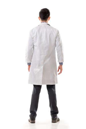 아시아 의사, 흰색 배경에 고립 된 전체 길이 초상화의 후면보기.