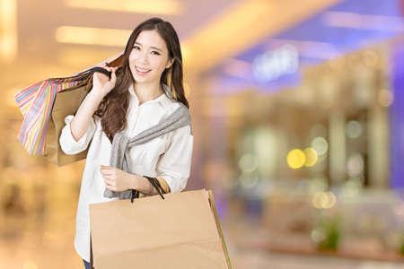 아시아 여자 쇼핑, 쇼핑몰에서 근접 촬영 초상화. 스톡 콘텐츠