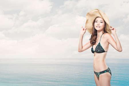 해변에서 여름 휴가 동안 젊은 여자.
