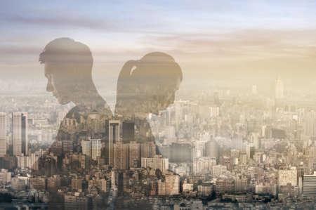 Glas reflectie van Aziatische paar rug aan rug en denken. Stockfoto
