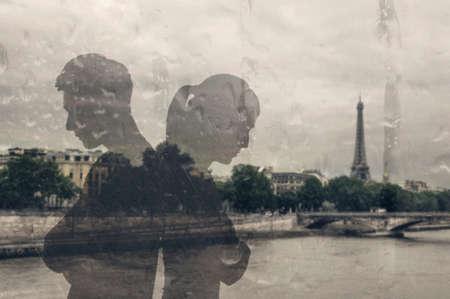 ガラスの反射をアジアのカップルに戻ると考えるのです。 写真素材