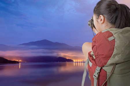 zon maan: Aziatische vrouwelijke backpacker nemen foto bij Sun Moon Lake, Taiwan