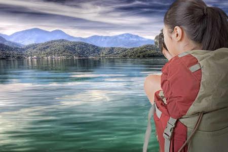 sol luna: Asi�tico toma Backpacker femenino foto en Sun Moon Lake, Taiw�n Foto de archivo