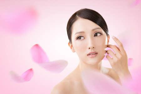 깨끗하고 신선한 우아한 숙녀 아시아 아름다움 얼굴 근접 촬영 초상화입니다.