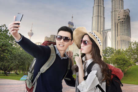 쿠알라 룸푸르, 말레이시아에서 아시아 커플 여행 및 셀카. 스톡 콘텐츠