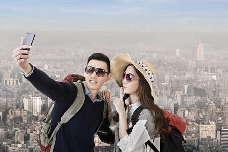 Asijské pár cestování a Selfie ve městě. Reklamní fotografie