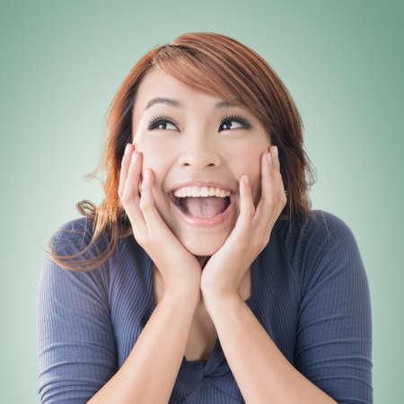흥분된 행복 아시아 여자 얼굴, 근접 촬영 초상화.