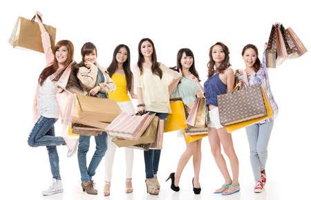 쇼핑 및 가방을 들고 매력적인 아시아 여성은 전체 길이 세로 흰색 배경에 고립입니다.