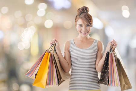 아시아, 근접 촬영 초상화의 쇼핑 소녀 클리핑 패스와 함께 흰색에 격리입니다.