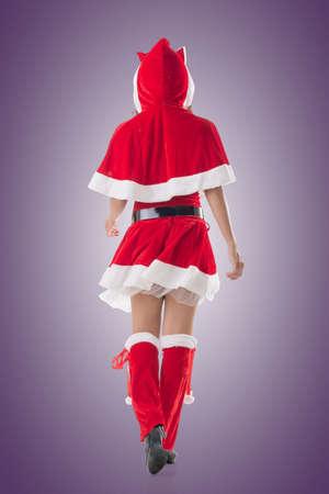 señora: Paseo de la muchacha de la Navidad de Asia, retrato de cuerpo entero. Vista trasera.