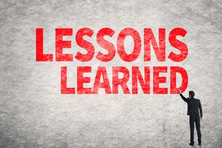 lernte: Asiatischer Gesch�ftsmann Schreib Worte an der Wand, Lessons Learned