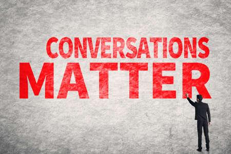 matter: Aziatische zakenman schrijven woorden op de muur, Conversations Matter