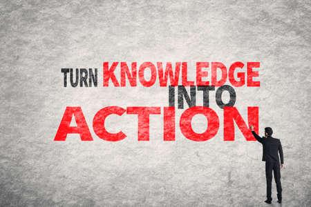 Aziatische zakenman schrijven woorden op de muur, Zet kennis in Actie