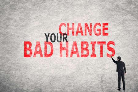 malos habitos: Asia texto empresario escritura en la pared, cambiar sus hábitos malos