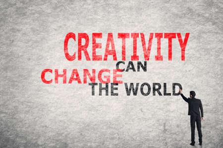 벽에 아시아 사업가 쓰기 텍스트, 창의력이 세상을 바꿀 수
