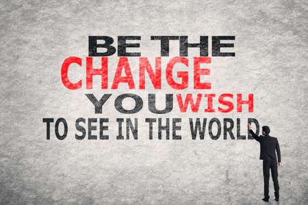 Asiatischer Geschäftsmann Schreib Text an der Wand, ist die Änderung Sie möchten in der Welt sehen Standard-Bild