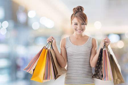 Winkelen meisje van Aziatische, close-up portret geïsoleerd op wit met het knippen van weg.